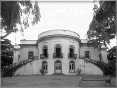 Fachada com Salão Oval e escadarias dos jardins
