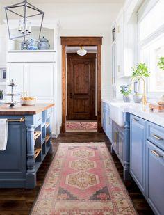 blue kitchen design idea 111 White Farmhouse Sink, Modern Farmhouse Kitchens, Farmhouse Kitchen Decor, Home Decor Kitchen, New Kitchen, Home Kitchens, Dream Kitchens, Kitchen Rug, Blue Kitchen Ideas