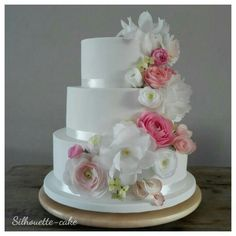Weddingcake with waferpaper flowers.