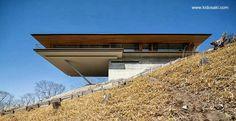 Cantilevered house in Yatsugatake, Japan - Impresionante arquitectura con extenso balcón en una zona rural