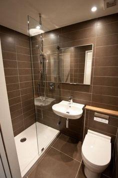Cuarto de baño reducido con plato de ducha largo y tonos chocolate en paredes y suelos
