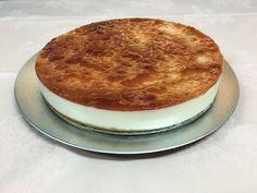 Tarta de Queso Philadelphia con base de galleta y bañada con mermelada de fresa.
