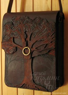 Leather tree purse. Más