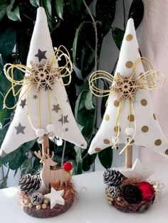 @ alberelli natalizi in Tannenbäume Christmas Tilda Landhaus Deko Fabric Christmas Trees, Felt Christmas Decorations, Christmas Tree Crafts, Christmas Sewing, Christmas Projects, Holiday Crafts, Christmas Wreaths, Christmas Ornaments, Christmas Christmas