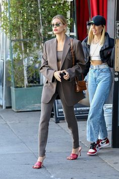 Nah, Hailey Bieber's Cashmere Suit Set Is Actually Delicious Street Style Blog, Casual Street Style, Street Chic, Casual Outfits, Cool Outfits, Fashion Outfits, Gigi Hadid Outfits, Hailey Baldwin Style, Mode Ootd