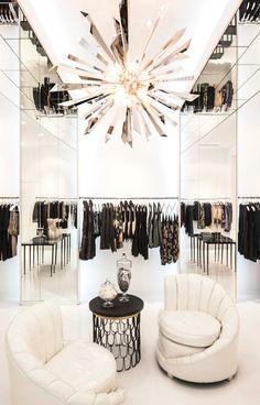 As famosas irmãs do reality show americano, Keeping up with the Kardashians, depois de um longo tempo trabalhando com boutique de moda, lançam a DASH. Projetada por Jeff Andrews, possui muito espel…