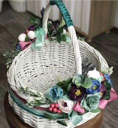 Прикрашаємо великодній кошик: 32 ІДЕЇ | Ідеї декору Easter Baskets, Gift Baskets, Bussines Ideas, Trousseau Packing, Spring Design, Flower Girl Basket, Mini Scrapbook Albums, Basket Decoration, Easter Wreaths
