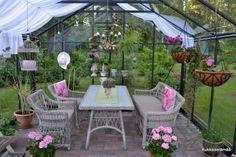 Kukkaiselämää - My Flowering Life : kasvihuone Outdoor Furniture Sets, Outdoor Decor, Glass Houses, Life, Home Decor, Flowers, Decoration Home, Room Decor, Glass House