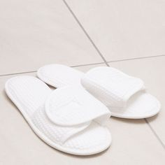 Are you interested in our cotton wrap slippers? With our white waffle cotton slippers you need look no further. Home Spa, Pool Slides, Baby Shoes, Slippers, Cute, Cotton, Kids, Bathroom, Ideas