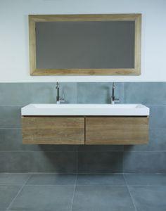 Houten badkamermeubel met 2 laden, mat witte solid surface wastafel en bijpassende teak spiegel.  Djati Badkamers & Keukens