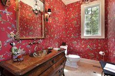 Helle rote Wand-Toilette mit Frame-Fenster und antiken hölzernen Eitelkeit