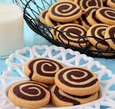 Tutorial for great chocolate pinwheel cookies. A delicious recipe that combines the wonderful flavors of vanilla and chocolate in a cookie swirl. Easy Cookie Recipes, Cookie Desserts, Just Desserts, Sweet Recipes, Baking Recipes, Delicious Desserts, Dessert Recipes, Yummy Food, Sweets Cake