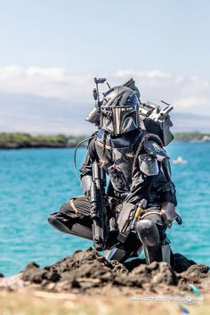 This Mandalorian In Hawaii Cosplay Is Star Wars Paradise gah the mandos tho Boba Fett Mandalorian, Mandalorian Cosplay, Star Wars Pictures, Star Wars Images, Amazing Cosplay, Best Cosplay, Star Citizen, Cuadros Star Wars, Armadura Cosplay