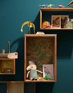 Super! De donkerblauwe wand en de gevulde houten kastjes #kinderkamer | Styling & idee StyleCookie