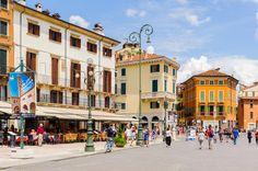 Turismo em Verona: o que fazer na cidade de Romeu e Julieta - A Piazza Bra é a praça mais larga de Verona, e é repleta de cafeterias e restaurantes, que a fazem ser um ótimo passeio para a hora do almoço ou durante a tarde