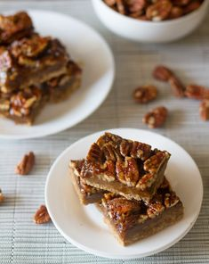 These salted maple pecan pie bars are incredibly addicting With perfect saltysweet flavor and a chewy piecrust base Awesome dessert Maple Pecan Pie, Pecan Praline Cake, Pecan Pie Bars, Pecan Pralines, Fun Desserts, Delicious Desserts, Dessert Recipes, Cinnamon Recipes, Baking Recipes