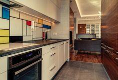 Na backsplash kuchennym umieszczono grafikę – reprodukcję sławnego obrazu Mondriana.