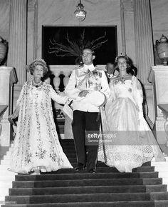La Reine Frederika de Grèce et son fils le Prince Constantin descendent l'escalier pour se rendre au bal en compagnie de la Princesse Anne-Marie de Danemark, fiancée du Prince le 18 septembre 1964 à Athènes, Grèce.