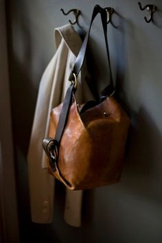 20 Looks with leather handbags My Bags, Purses And Bags, Crea Cuir, Fashion Bags, Womens Fashion, Fashion Shoes, Clutch, Mode Outfits, Looks Style