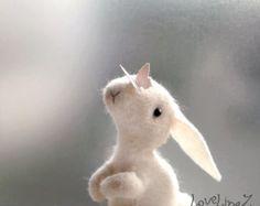 Zon lief cadeau... deze kostbare en zachte bunny meisje is verlangen om zoetheid aan elk huis en veel warme glimlacht naar elk hart!  Ze is hand gestikt met naturel 100% schapenwol voelde, gevuld met schapenwol. De bunny is het dragen van een zachte pastel blauwe Gevilte rok met pom pom kant. Ze heeft flexibele draad in haar armen, zodat ze kunnen worden gesteld en ze iets kleins kan houden.  Het werk meet ongeveer 2 1/2 inch (6,5 cm)  Hoewel het maakt de leukste kinderkamer decoratie, w...