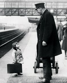 Isnt she a little to young to be traveling by herself ? Bristol Railway Station, England, 1936 A young passenger asks a station attendant for directions. Bristol Railway Station, England, by George W. Excuse Moi, Black And White Pictures, Worlds Of Fun, Vintage Pictures, Vintage Photographs, Vintage Travel, Belle Photo, Black And White Photography, Old Photos