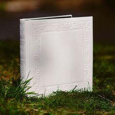 Piękny biały album na zdjęcia. Może być świetnym prezentem na Pierwszą Komunię Świętą.   https://albumstyl.pl/search/6010/Album-Wloski-31x31cm-Agenda-6010-Extra-White-50-kart1.html  #luksusowyalbum #ekskluzywnyalbum #prezentnakomunie #prezentnachrzest