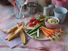 Gemüsesticks mit Auberginencreme ist ein Rezept mit frischen Zutaten aus der Kategorie Dips. Probieren Sie dieses und weitere Rezepte von EAT SMARTER!