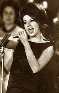 Mina, nome d'arte di Mina Anna Maria Mazzini (Busto Arsizio, 25 marzo 1940), è una cantante, conduttrice televisiva e produttrice discografica. Annoverata tra le più grandi cantanti italiane di tutti i tempi, è nota per le qualità della sua voce che si possono definire di soprano drammatico d'agilità, pur non avendo l'impostazione accademica del soprano classico.    #TuscanyAgriturismoGiratola