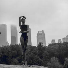 Dancer: @borisenkova_vera За 5 часов до самолёта, под проливным дождём и ветром, в #centralpark , мы с @zverkov_ko - решили что не отступимся! Ни капельки об этом не сожалею! Коля, назвал эти фотографии - ДРАМА #newyork #mylove❤️ #foto #fotodrama #body #ballet #city #veraborisenkova