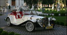 Pokaźne rozmiary, długość 5 m, szerokość 2 m. Auto produkowane w latach 30-tych. Pięknie oddaje charakter epoki