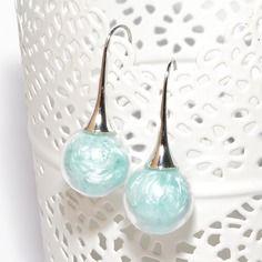 Boucles d'oreilles globes verre remplies de plumes turquoise pastel