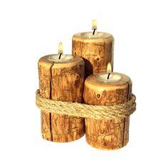 Schöne Rote Kiefer Kerzenset mit rustikalen Seil gewickelt. Gestufte Kerzen passen eine Standardgröße-Teelicht. Kerze ist mit drei Teelichter ausgestattet. Versiegelt und fertig mit einem dauerhaften Klarlack Lack-Finish. Fügen Sie dieses atemberaubende Trio Kiefer Kerzen Ihre westlichen Dekor. Größe - 4, 5, 6.