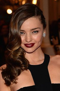 Wedding Hairstyles: To the side: Miranda Kerr paired her side style with dark lips — are you daring enough? Just add the bling for the ultimate vixen bridal look. Side Part Hairstyles, Formal Hairstyles, Celebrity Hairstyles, Wedding Hairstyles, Amazing Hairstyles, Hairstyles Haircuts, Miranda Kerr, Wedding Hair And Makeup, Bridal Hair