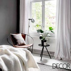 Em tons neutros, o ambiente exala charme e conforto através da composição de adornos e mobiliários, sendo ideal para momentos de descanso