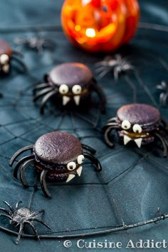 {recipe in English and French} Licorice spider macarons for Halloween! Halloween Desserts, Soirée Halloween, Halloween Baking, Halloween Food For Party, Halloween Cookies, Holidays Halloween, Halloween Treats, Halloween Macaroons, Macarons
