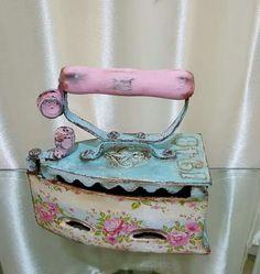 me ~ Messs de carruchas decoradas Decoupage Vintage, Vintage Crafts, Vintage Sewing, Antique Iron, Vintage Iron, Spool Crafts, Diy And Crafts, Paper Crafts, Shabby Chic Antiques