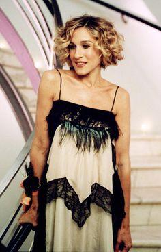 À l'occasion de la sortie de son premier livre, Carrie organise une soirée mondaine où elle se plaît à prendre la pause face aux photographes dans une robe à fines bretelles en soie, ornée de dentelle et plumes.  On lui pique : Sa robe façon nuisette, sexy à souhait.