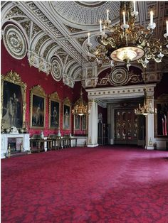 Buckingham Palace is in London, where the Queen of England lives. - learn English at home free Palais De Buckingham, Buckingham Palace London, Le Palais, Royal Wedding Venue, Wedding Reception, Abandoned Houses, Abandoned Castles, Abandoned Mansions, Abandoned Places