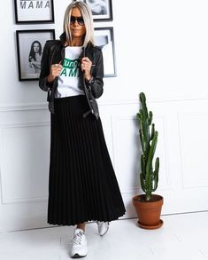 Tips and outfit ideas with your sneakers Casual Outfits Ideas Outfit sneakers tips Sneakers Fashion Outfits, Mode Outfits, Skirt Outfits, Casual Outfits, Look Fashion, Spring Fashion, Winter Fashion, Womens Fashion, Casual Looks