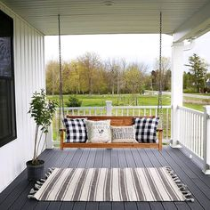 This front porch swing is PERFECT! 😍 Who else feels like they need a swing on their porch? 🙋 What do you think of this one? TAG a friend… Country House Colors, Country House Design, Country House Interior, French Country House, British Country, Country Decor, American Country, Country Front Porches, Low Country Homes