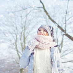 6 trucs maquillage pour se donner bonne mine durant la saison froide—Si on a souvent le réflexe de changer sa routine de soin de peau quand l'hiver arrive, on oublie parfois de modifier également ses habitudes maquillage. Qu'à cela ne tienne, votre routine maquillage gagne aussi à être mise à jour quand le mercure descend afin de contrecarrer les effets du froid sur notre mine. Afin, Winter Outfits, Routine, Cold, Tinted Lip Balm, Under Eyes, Makeup Trends, Mercury, Winter Fashion Looks