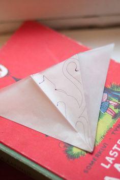 Enimmäkseen poutaa: Paperinen lumihiutale kissateemalla, ohjeet ja malli Paper Snowflake Designs, Snowflake Cutouts, Paper Snowflakes, Malli, Create A Board, Origami, Paper Art, Diy And Crafts, Craft Projects
