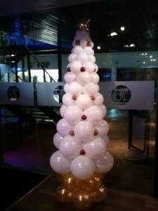 balloon christmas tree - Google Search Christmas Balloons, Christmas Party Decorations, Xmas Party, Balloon Decorations, Birthday Decorations, Christmas Crafts, Balloon Ideas, Christmas Tree, Balloon Palm Tree