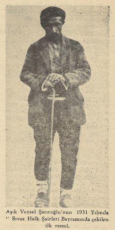 Aşık Veysel Şatıroğlu'nun 1931 Yılında Sivas Halk Şairleri Bayramında çekilen ilk resmi.