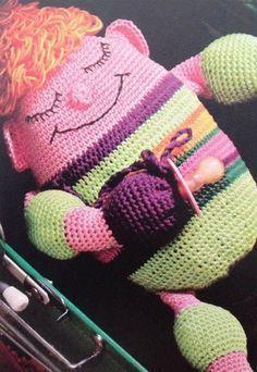 Sovefyren 'Frederik' vil bestemt gøre lykke, blød rund og med sin sut parat er han ikke til at stå for. Crochet Art, Crochet Animals, Crochet Dolls, Crocheted Toys, Alter, Doll Toys, Dinosaur Stuffed Animal, Blanket, Retro