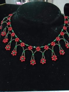 Depending on the size and the style of the locket it can dress up a casual clothing of denims or a sweater or it can be the finishing touch to a sophisticated gown.Daisy Necklace – Buket Tanış – Join the world of pinNo tutorial, just photo Daisy Necklace, Seed Bead Necklace, Seed Bead Jewelry, Bead Jewellery, Beaded Necklace, Beaded Bracelets, Necklaces, Beaded Jewelry Designs, Handmade Jewelry