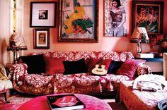 Vermelho na decoração: Ambientes vermelhos são estimulantes e encorajam a conversação e a atividade, portanto são perfeitos para receber. Tons claros são percebidos como modernos e energéticos enquanto tons mais escuros transmitem uma sensação de elegância e suntuosidade. Você pode criar um ambiente vermelho mais romântico e menos agressivo usando tonalidades mais rosadas de vermelho. O resultado é uma decoração boêmia e bem feminina.