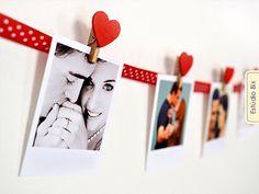 Varal de fotos Polaroids usado em decoração e eventos. São 18 Polaroids impressas em papel fotográfico acompanhadas de pregadores de madeira nas cores VERMELHO ou ROSA para montar o seu varalApós a compra envie por email [estudiobix@gmail.com] as ...