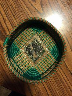 Green square bottom Basket Weaving, Hand Weaving, Pine Needle Crafts, Pine Needle Baskets, Pine Needles, Gourd Art, Gourds, Pine Cones, Gourd Crafts