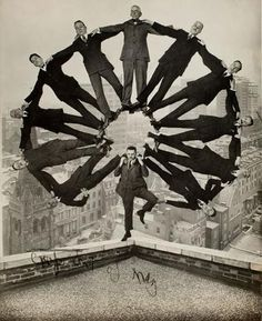 Artista desconocido, el hombre en la azotea con once hombres en la formación sobre sus hombros, ca. 1930, Colección de la George Eastman House, el Museo Metropolitano de Arte.